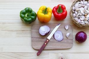 legumes na mesa de madeira. foto