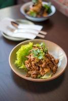 misture o frango frito com alho. comida tailandesa.
