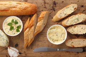 alho pão composto manteiga erva baguete tomilho alecrim coentro orégano foto