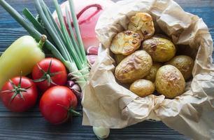 batatas assadas com alho e legumes frescos foto