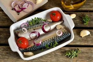 cavala de peixe fresco com especiarias, ervas, legumes foto