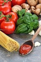 molho de espaguete e ingredientes frescos foto