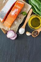 filé de salmão com sal de espinafre, pimenta, alho, óleo foto