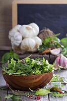 salada verde de folhas em uma tigela de madeira foto