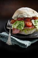 rolo de bacon, alface e tomate
