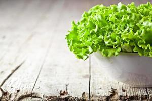 salada de alface em uma tigela foto