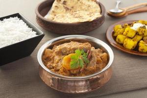 caril indiano de karahi cordeiro com damascos foto
