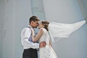 beijar homens e mulheres no fundo foto