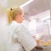 pesquisador de ciências da vida que enxertia bactérias. foto