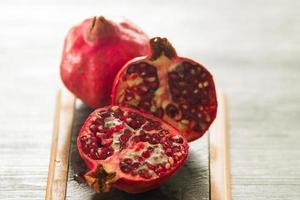 frutas de romã vermelha foto