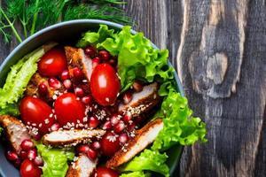 salada de frango com tomate foto