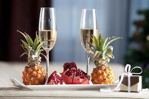 jantar romântico em taça de champanhe