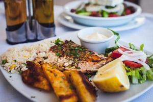 salmão e legumes grelhados foto