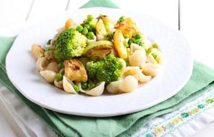macarrão de brócolis, abobrinha e ervilha foto