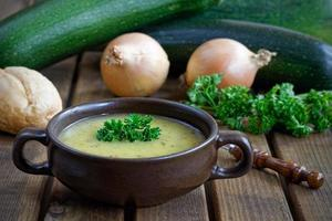 sopa de abobrinha fresca com cebola e salsa