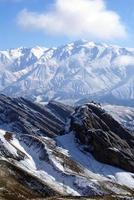 rocha e neve na montanha foto