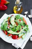 salada de abacate saudável com espinafre, cebola, pepino e tomate foto