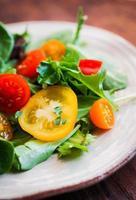 salada verde com tomates coloridos foto