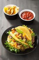 conchas de taco com carne e legumes
