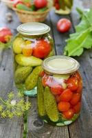 conservas de tomate, pepino e alho em frasco de vidro foto