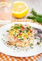 salada de legumes e caranguejo com maionese