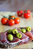 pão integral saudável com presunto e legumes foto