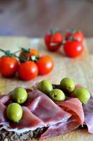 pão integral fresco e saudável com presunto e legumes foto