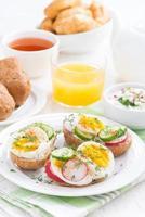 pães com ovo e legumes no café da manhã, vertical foto