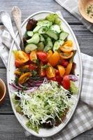 salada rústica no prato foto