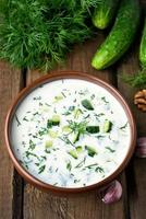 sopa fria de verão com pepinos foto