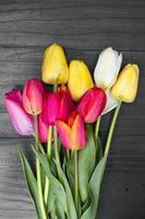 buquê de tulipa em fundo escuro de madeira