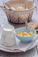 café da manhã - flocos de milho e leite foto