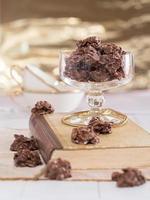 schokoladenkonfekt in einem glas foto