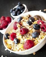 muesli com frutas no café da manhã foto