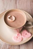 chocolate quente e corações rosa foto