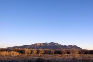 montanhas sandia com céu claro ao pôr do sol foto