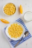 café da manhã saudável. flocos de milho e leite. foto