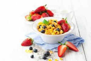flocos de milho com frutas foto