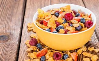 café da manhã (flocos de milho e frutas) foto