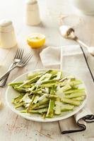 salada de aspargos frescos crus foto