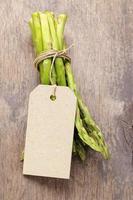 bando de aspargos verdes amarrados com barbante foto