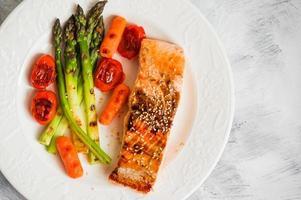 salmão grelhado com legumes foto