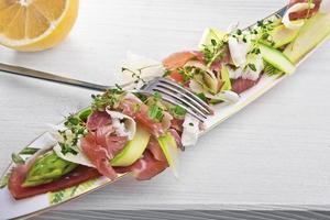 salada de aspargos, presunto e parmesão foto