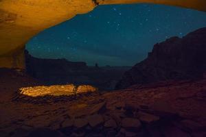 kiva falso à noite com céu estrelado foto