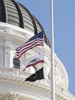bandeiras voam sobre o capitólio do estado de ca foto