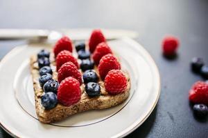 torrada com manteiga de amendoim e frutas foto