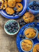 muffins de blueberry caseiros deliciosos com mirtilos frescos foto