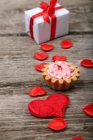presente de feriado, bolo e coração vermelho