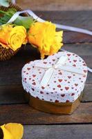 rosas e caixa de presente de dia dos namorados em forma de coração foto