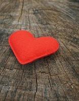 coração vermelho sobre fundo madeira foto